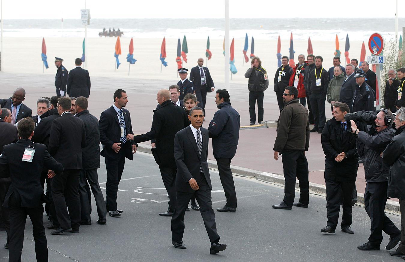 Obama bodyguards secret service president barack obama walks