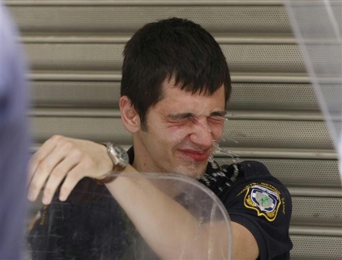 占领华尔街美国警察喷辣椒水图集-----够他们喝两壶了